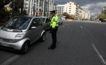 Αστυνομικός σε αυτοκίνητο