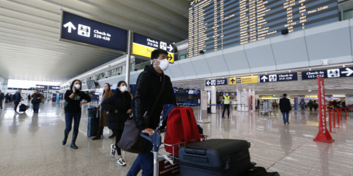 ταξιδιώτες στο αεροδρόμιο