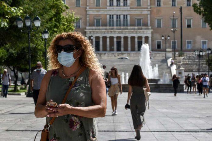 gynaika me maska stin athina