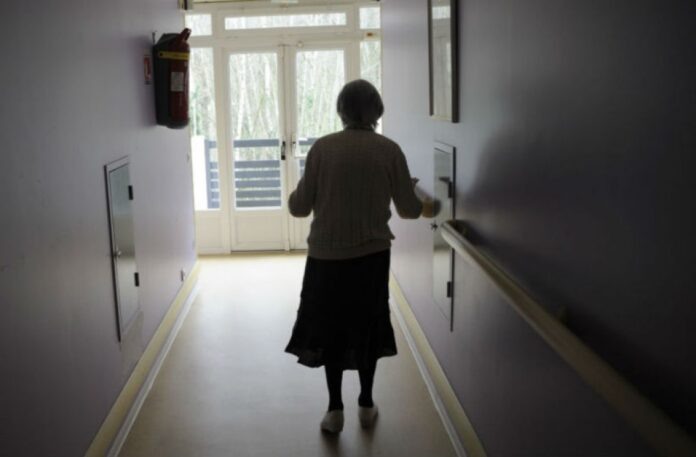 ηλικιωμένη κυρία σε γηροκομείο
