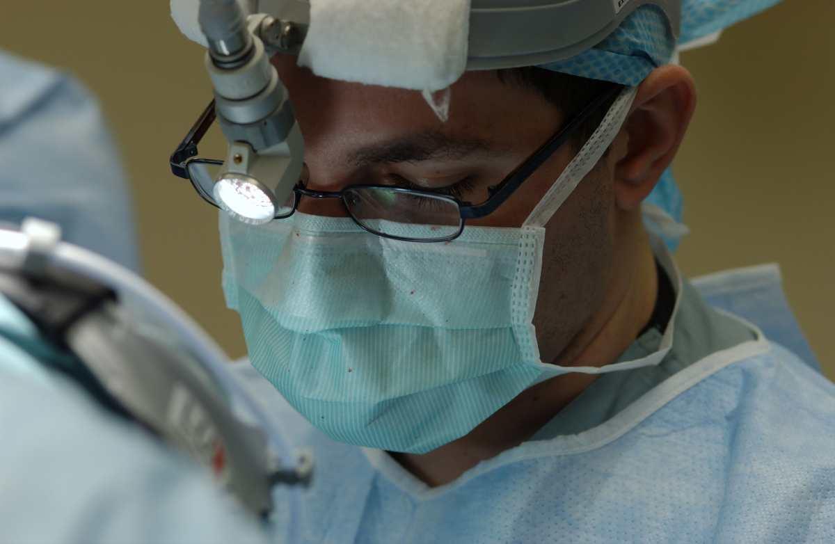 Γιατρός με μάσκα