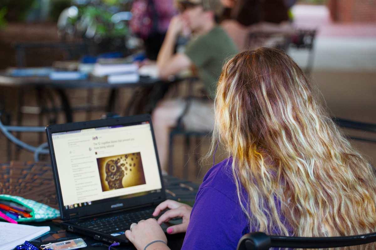 κορίτσι στον υπολογιστή