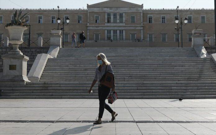 γυναίκα με μάσκα στην Αθήνα