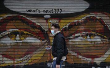 άνθρωπος με μάσκα σε lockdown