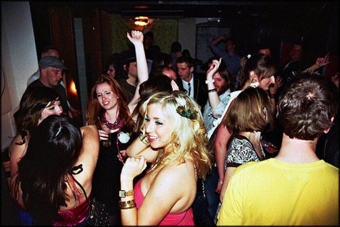 Χορεύει ο κόσμος σε πάρτι