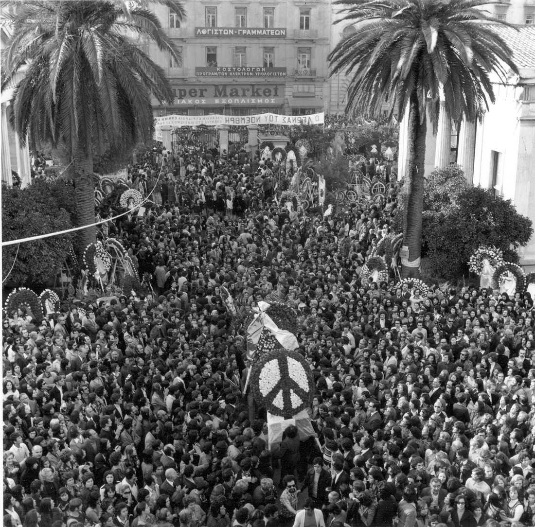 ο κόσμος στην πρώτη επέτειο του πολυτεχνείου το 1974