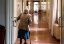 ηλικιωμένη σε γηροκομείο