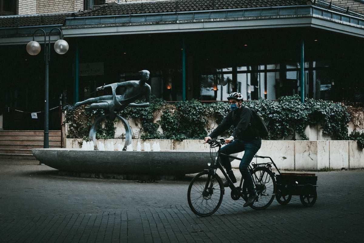 άνθρωπος με μάσκα σε ποδήλατο
