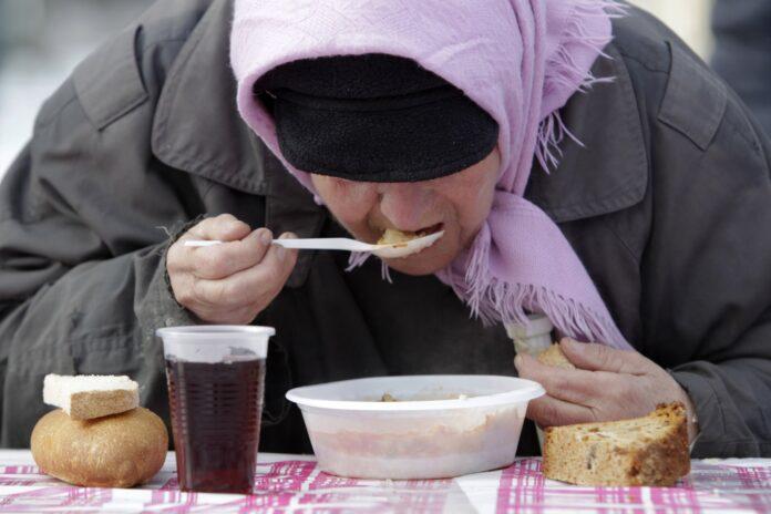 γυναίκα τρώει πιάτο