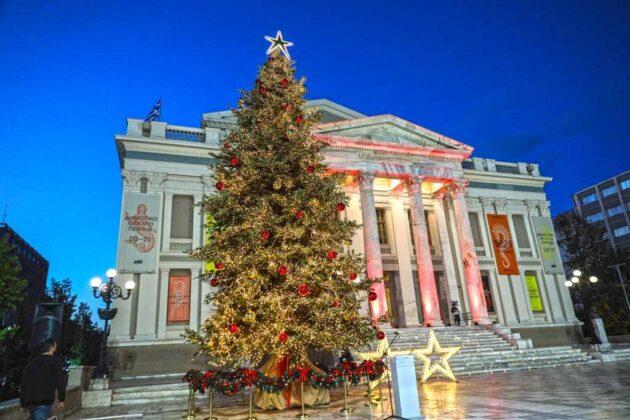 χριστουγεννιάτικο δέντρο στο δημοτικό θέατρο