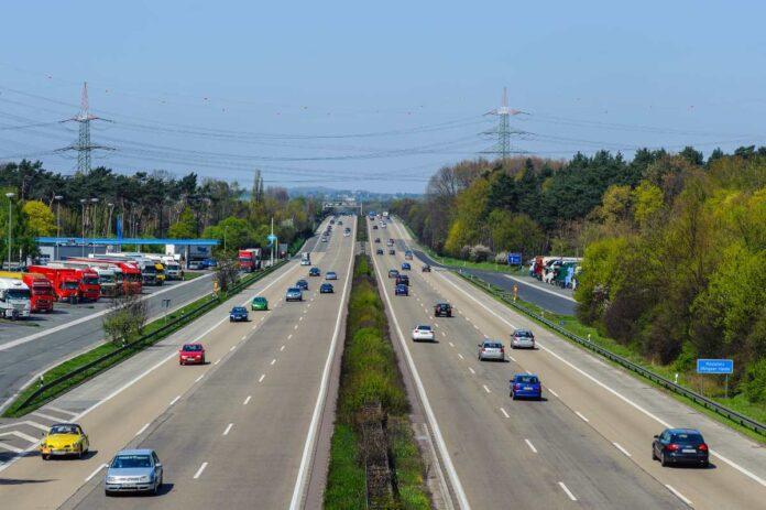 δρόμος με αυτοκίνητα