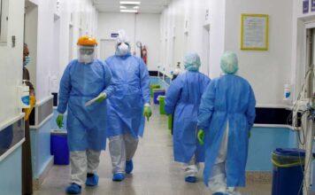 γιατροί με στολές κορονοϊού