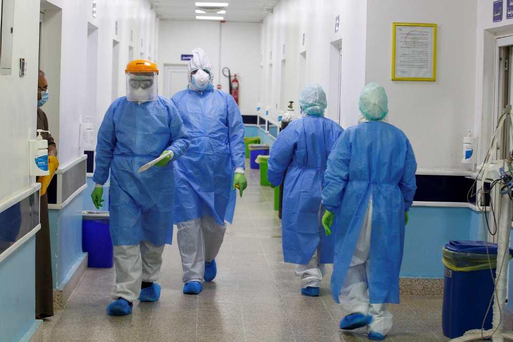 γιατροί με στολή κορονοϊού