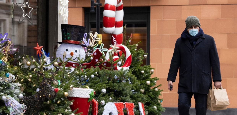 άνθρωπος με μάσκα τα χριστούγεννα