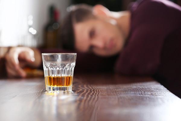 Άνδρας πίνει αλκοόλ