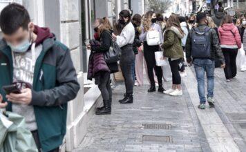 ουρές έξω από μαγαζιά στην Αθήνα