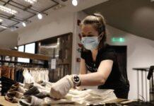 κοπέλα με μάσκα σε κατάστημα