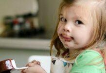 Κορίτσι τρώει σοκολάτα