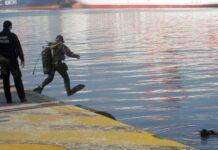 δύτης βουτάει στο λιμάνι για να πιάσει το πτώμα