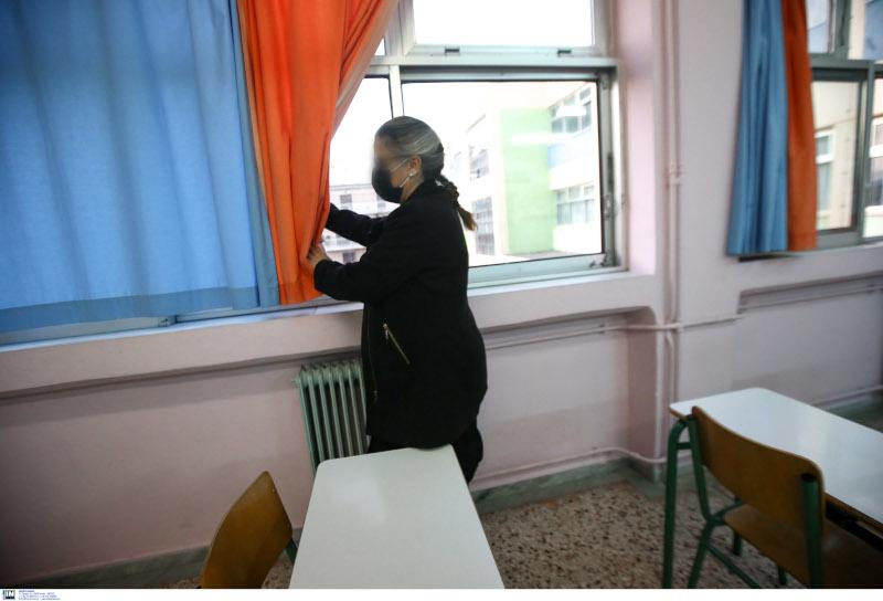 Δασκάλα σε σχολείο του Περιστερίου ανοίγει τα παράθυρα στις αίθουσες