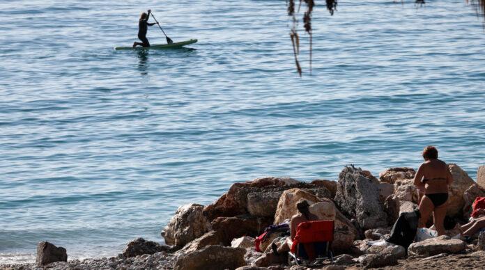 κόσμος σε παραλία στον Φλοίσβο τα Θεοφάνια