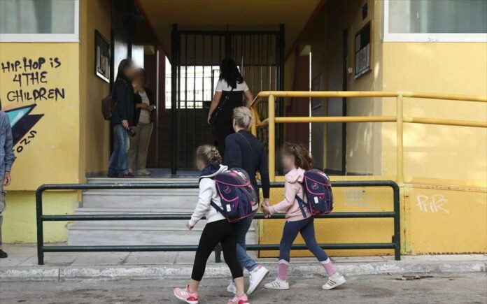παιδιά πάνε στο σχολείο