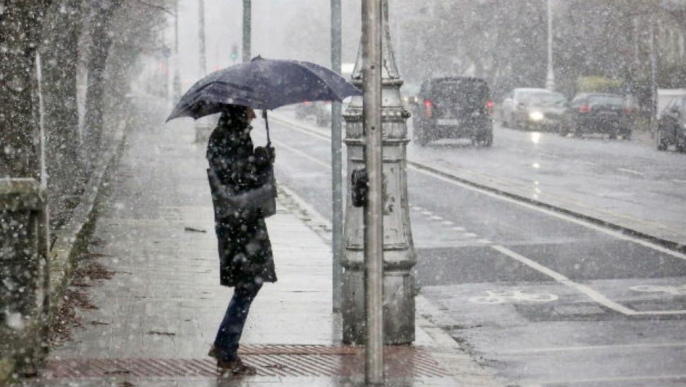 Κοπέλα με ομπρέλα στα χιόνια