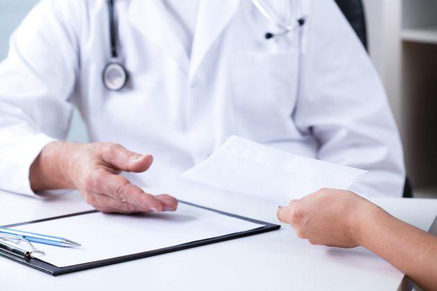 γιατρός συνελήφθη για φακελάκι στη Κάλυμνο