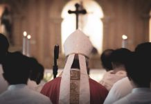 ιερέας κάνει παράνομη λειτουργία στην Κάλυμνο