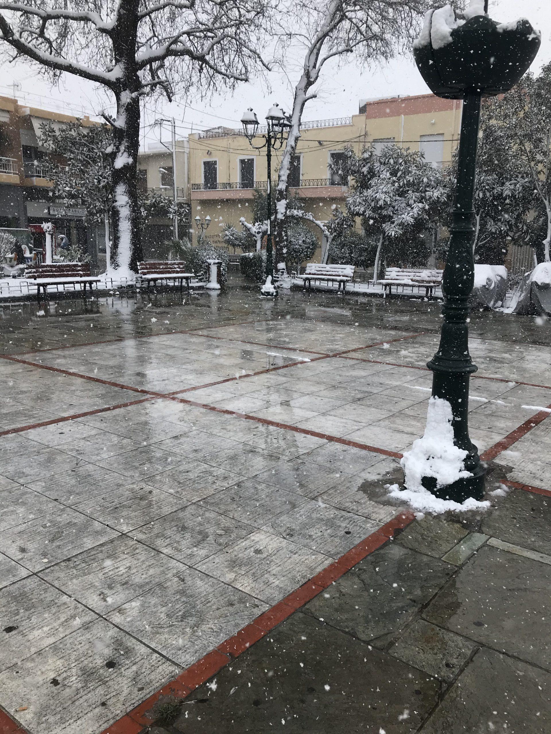Χιονισμένη πλατεία Ελευσίνας