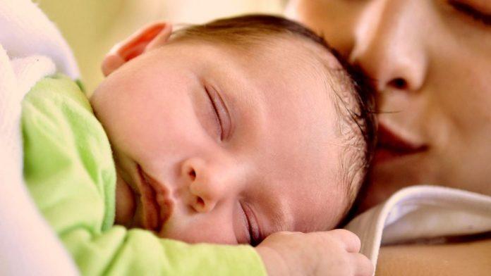 Μωρό στην αγκαλιά της μητέρας του