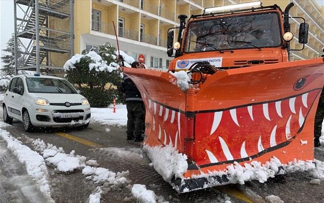Στους δρόμους της Αθήνας 37 μηχανήματα για εκχιονισμούς