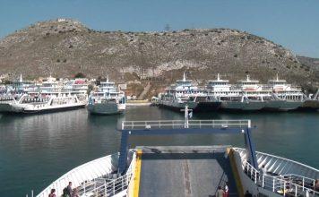 Ferry προς στο λιμάνι των Παλουκίων