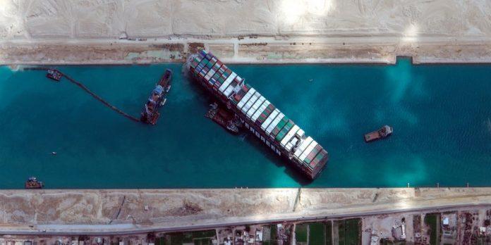 Φορτηγό πλοίο εγκλωβισμένο στη Διώρυγα Σουέζ
