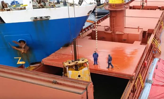 εργασίες αποκόλλησης των δύο φορτηγών πλοίων