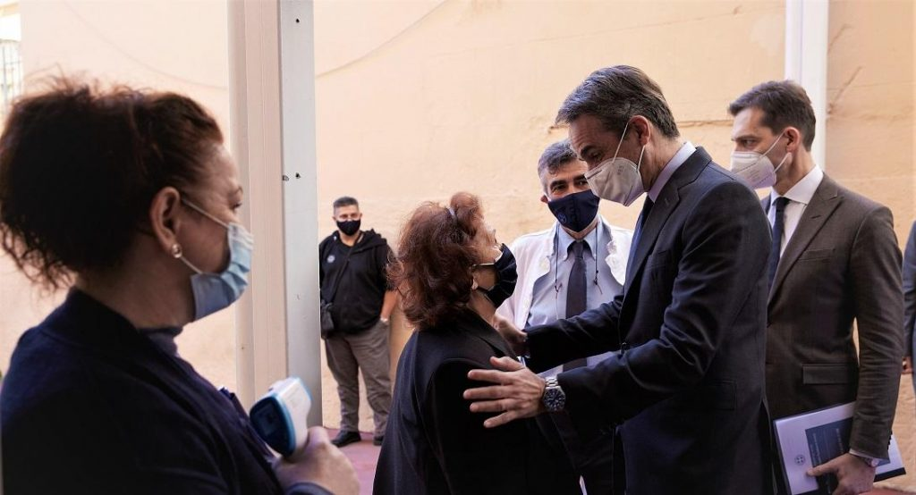 Μητσοτάκης συνομιλεί με γιατρούς στο Κέντρο Υγείας Πατησίων