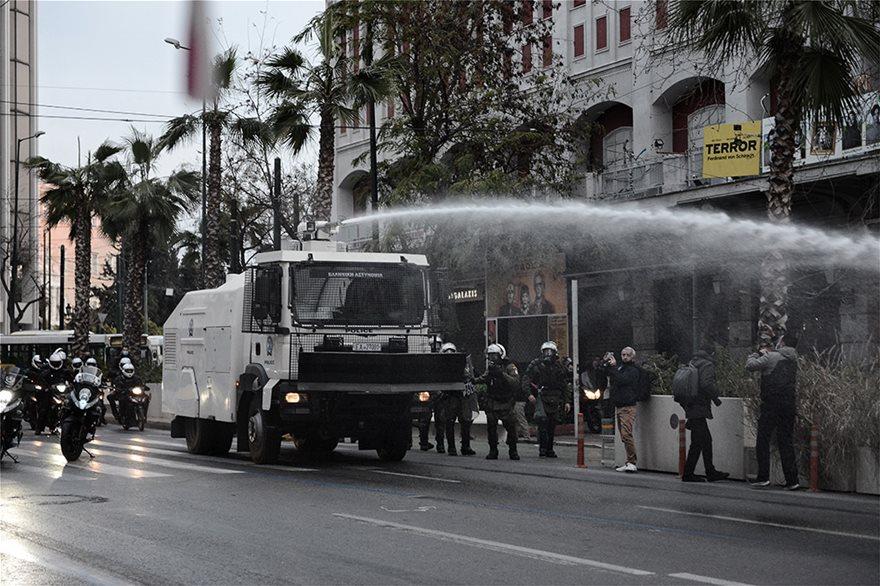 ρίψη νερού στους διαδηλωτές της πορείας Κουφοντίνα
