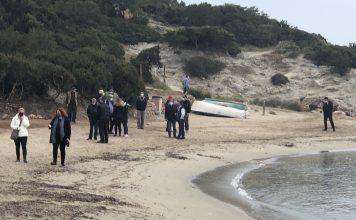 Τα μέλη του κλιμακίου κατά την αυτοψία στην καταπατημένη παραλία