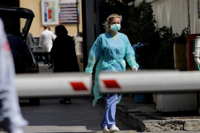 Γιατρός με μάσκα στο δρόμο