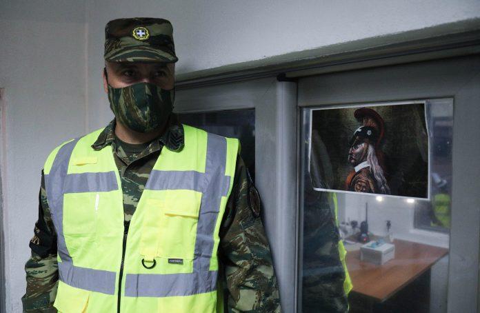 Στρατιώτης με μάσκα