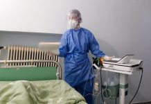 Νοσηλευτής με μάσκα
