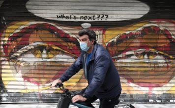 Άνδρας στο κέντρο της Αθήνας εν μέσω lockdown