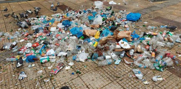 σκουπίδια μετά το κορονοπάρτι στη Κυψέλη