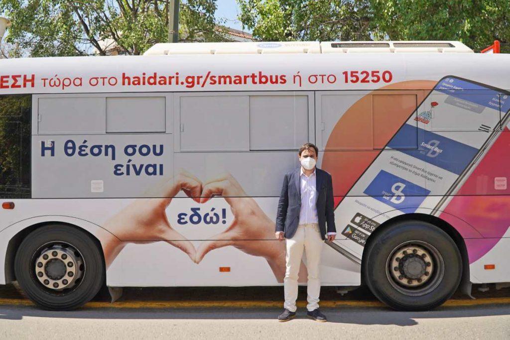 Ο Ντηνιάκος μπροστά στα δημοτικά λεωφορεία