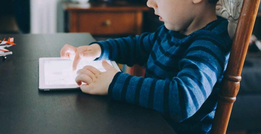 Παιδί με tablet