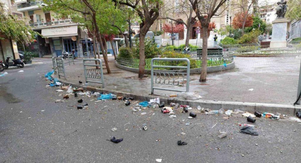 σκουπίδια μετά το πάρτι στη Κυψέλη