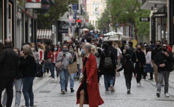 Κόσμος στην Ερμού για ψώνια