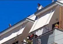 Λέσβος: Νεαρός αλλοδαπός απειλεί να πέσει στο κενό
