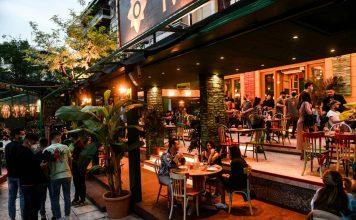ανοιχτό εστιατόριο με κόσμο