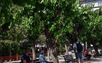 επέστρεψαν τα παγκάκια στην πλατεία Βικτωρίας